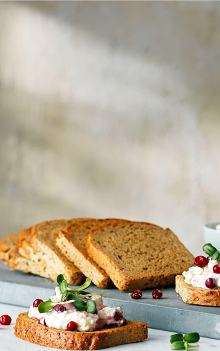 Glutenfritt bröd med fetaoströra och lingon