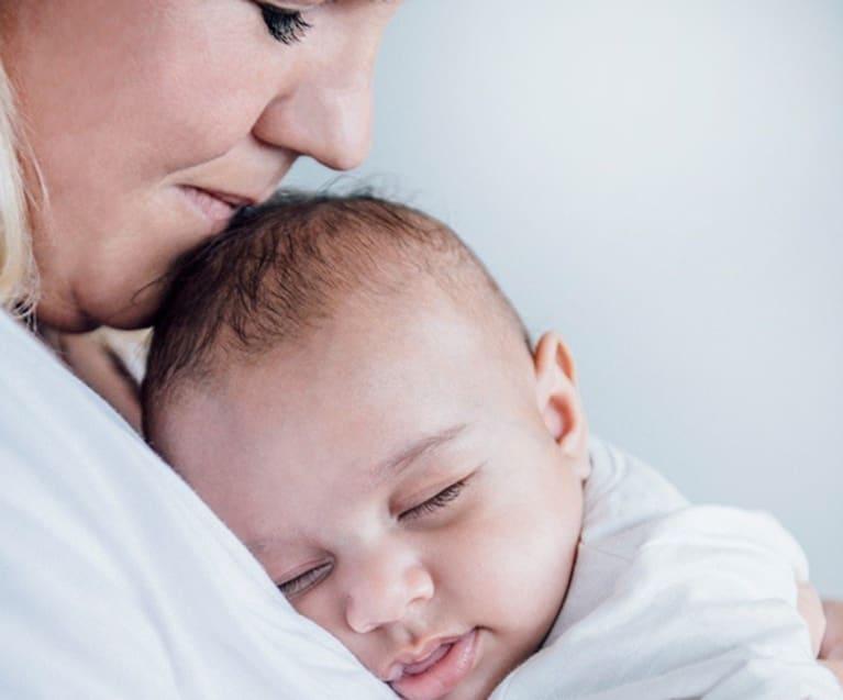 Baby hviler på brystet til mor
