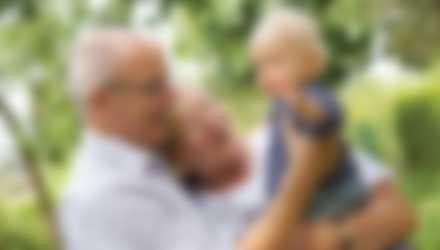 Mormor och morfar med sitt barnbarn