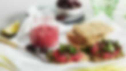 Siemennäkkileipiä, tapenadea ja oliiveja