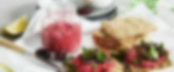 Frøknækbrød med rødbedehummus