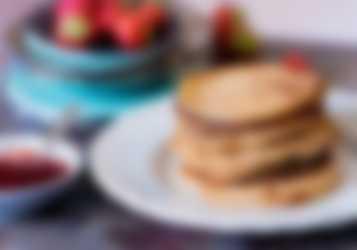 Pannkakor med sylt och jordgubbar