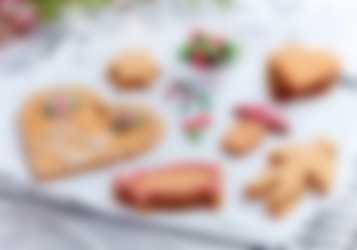 Glutenfria pepparkako som dekorerats med glasyr