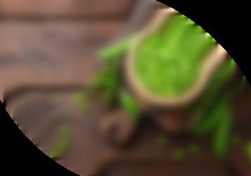 Erbsen und Erbsenschoten auf einem Holztisch