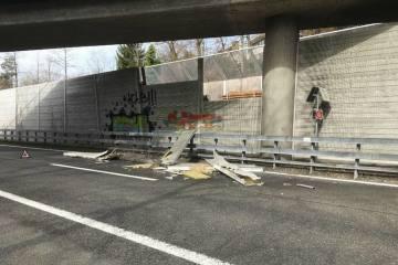 Baar ZG - Lastwagen prallt in Lärmschutzwand