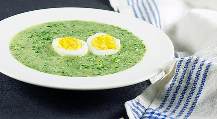 Lehtikaalikeitto kananmunien kanssa