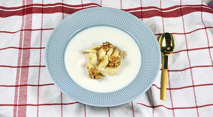 Kaurapuuroa kauraleseiden, saksanpähkinöiden ja banaanin kera