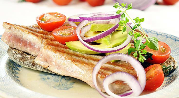 Voileipä tonnikalan, avokadon ja punasipulin kera