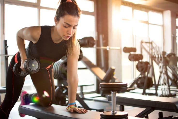 Hvorfor er det viktig med styrketrening? Kvinne med manual