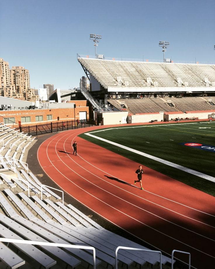 Løper på løpebane. Hva er melkesyre, og hvordan bruke det til å tåle mer og prestere bedre