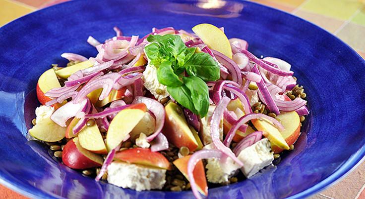 Grønn linsesalat med feta, eple og sitronmarinert rødløk