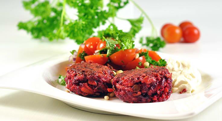 Rødbetebiffer med tomatsalat og geitostkrem