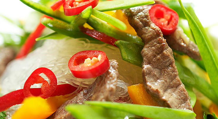 Marinerad biffsallad med chili, lime och glasnudlar
