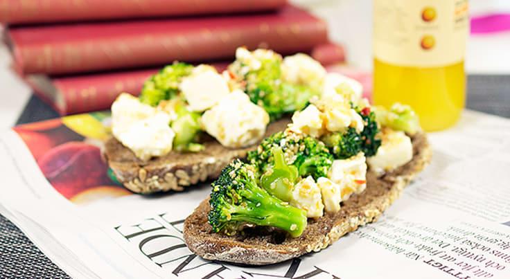 Smörgås med marinerad sesambroccoli och fetaost