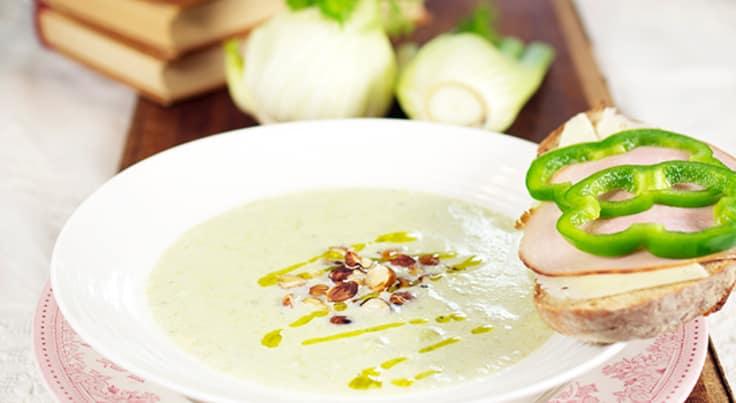 Vegetarisk Purjolök- och fänkålssoppa med rostade hasselnötter
