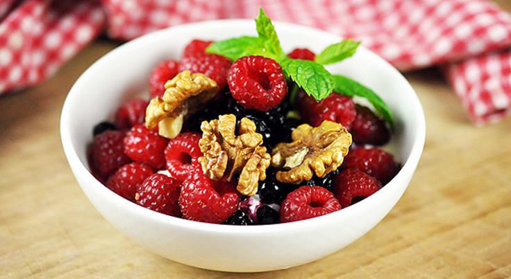 Grekisk yoghurt med blåbär, hallon och valnötter