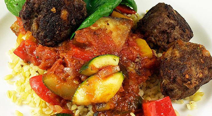 Köttbullar med ratatouille, quinoa och spenat