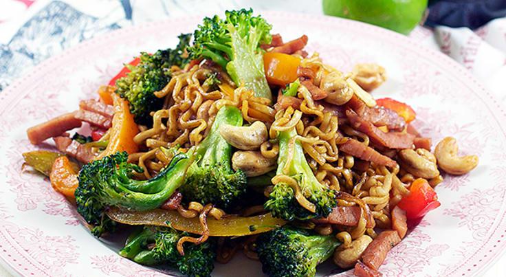 Wokad kassler med nudlar och grönsaker