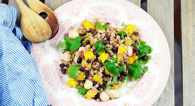 Bön- och mangosallad med koriander och chilli