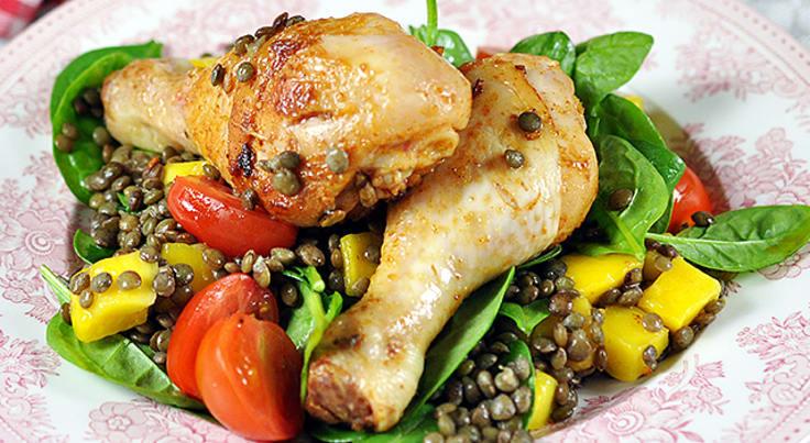En proteinrik rätt som innehåller kyckling, linser, mango och spenat