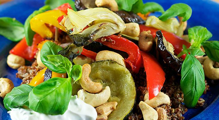 Vegetarisk quinoasallad med ugnsrostade grönsaker, cashew och örtsås