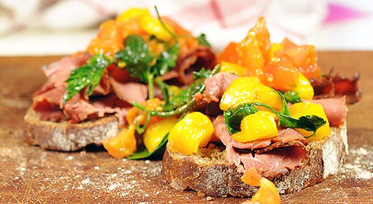Rostbiffsmörgås med tomat- och mangosalsa