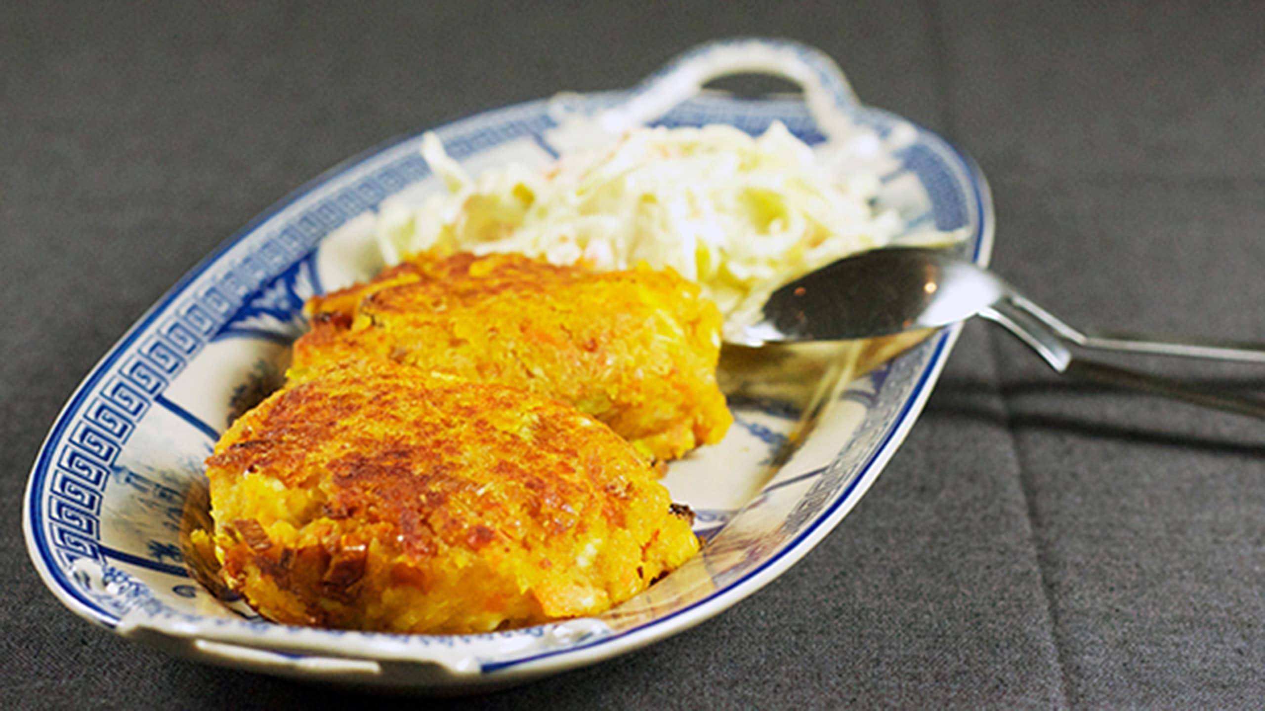 Linssi- ja fetajuustopihvit runsasproteiinisen coleslaw-salaatin kanssa