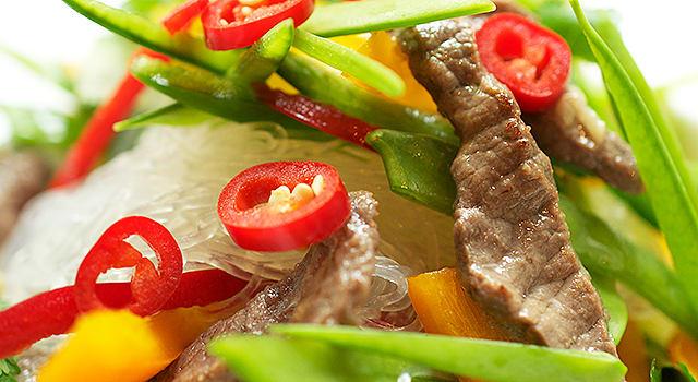 Marinoitu pihvisalaatti chilin, limetin ja lasinuudeleiden kera