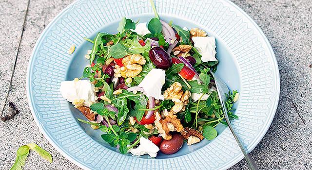 Feta-saksanpähkinäsalaatti papujen ja kamut-vehnän kera