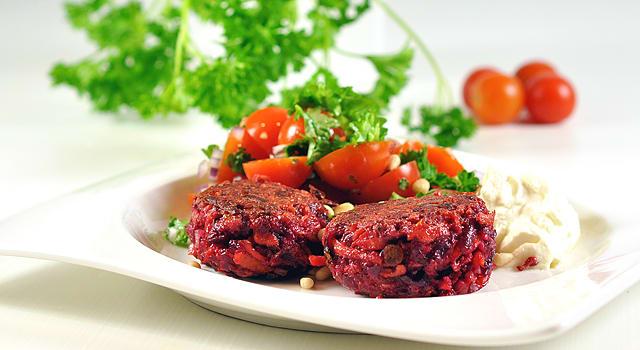 Punajuuripihvit tomaattisalaatin ja vuohenjuustotahnan kera