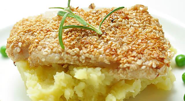 Seesamipaneroidut kalapalat itse tehdyn perunasoseen kera