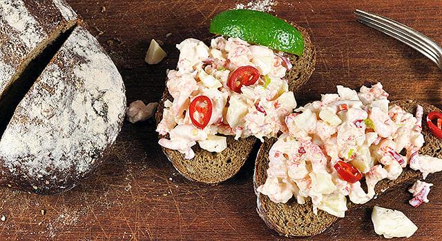 Äyriäistäyte ruisleivälle chilin ja limetin kera