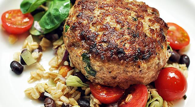 Broileri-salsicciapihvit täysjyväkaurasalaatin kera