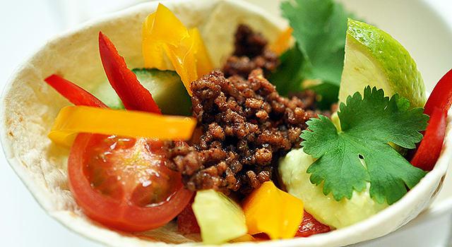 Tortillat salsakastikkeen ja vihannesten kera
