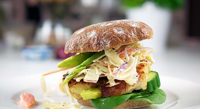 Fiske-dag? Prøv denne lækre burger med torsk, avocado og kålsalat