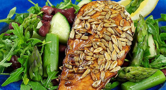 Solsikkefrøpanert kyllingfilet med bønnesalat