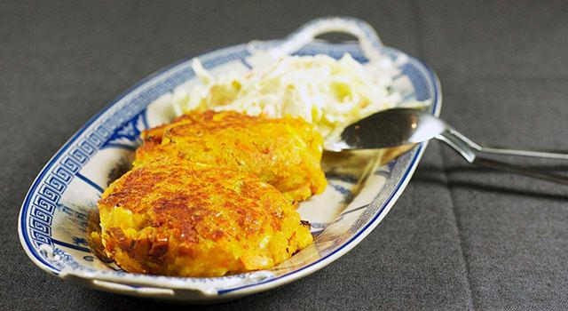 Linse- og fetaostburger med proteinrik coleslaw