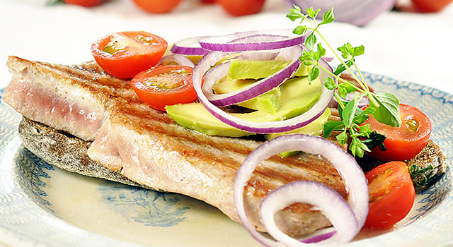 Smørbrød med tunfisk, avokado og rødløk