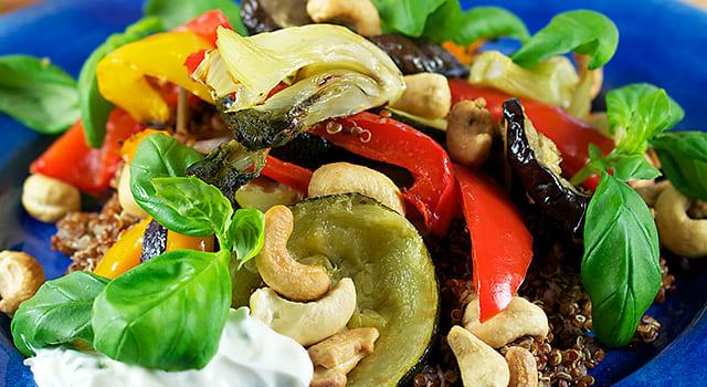 Quinoasallad med ugnsrostade grönsaker, cashew och örtsås