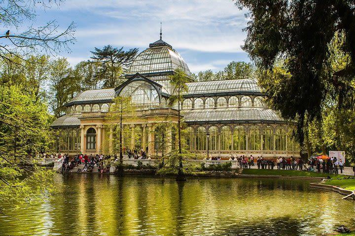 Tour al Palacio Cibeles y Parque del Retiro con guía profesional image