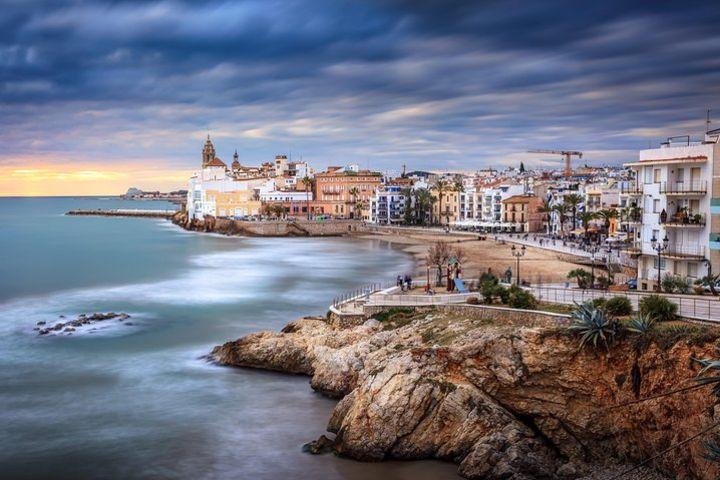 Girona y Sitges desde Barcelona con guía profesional image