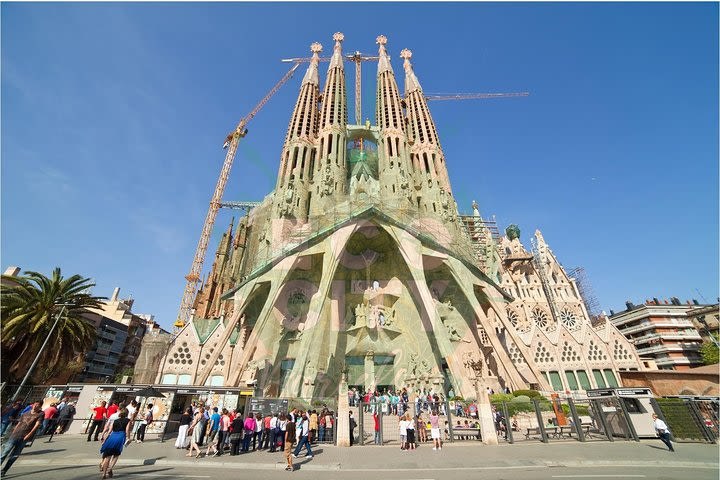 La Sagrada Familia Guided Tour image