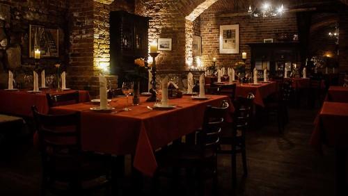 Przyjęcie w XVIII wiecznej piwnicy