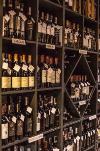 Wino przy włoskich przekąskach