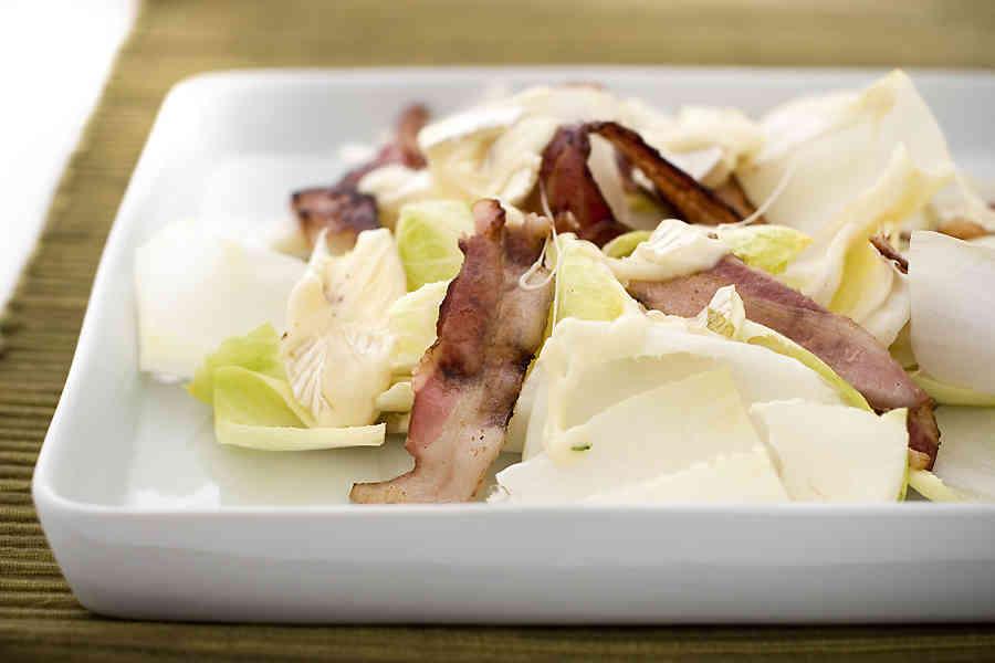 Ljummen endivesallad med brieost och bacon (förrätt)
