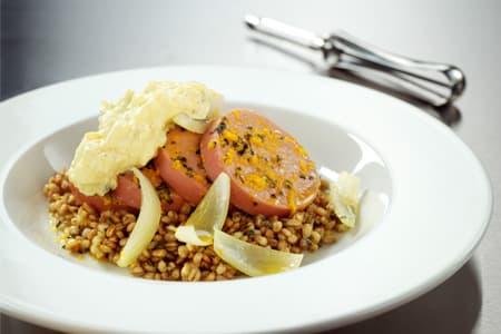 Apelsinkorv med curryröra och matvete med oregano