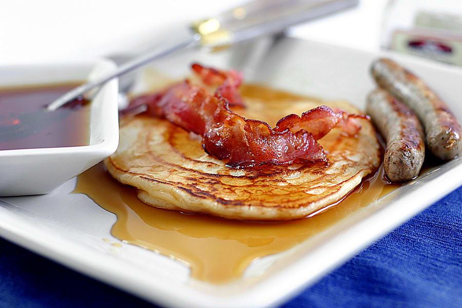 American pancakes - klassiska pannkakor med korv, bakon och lönnsirap