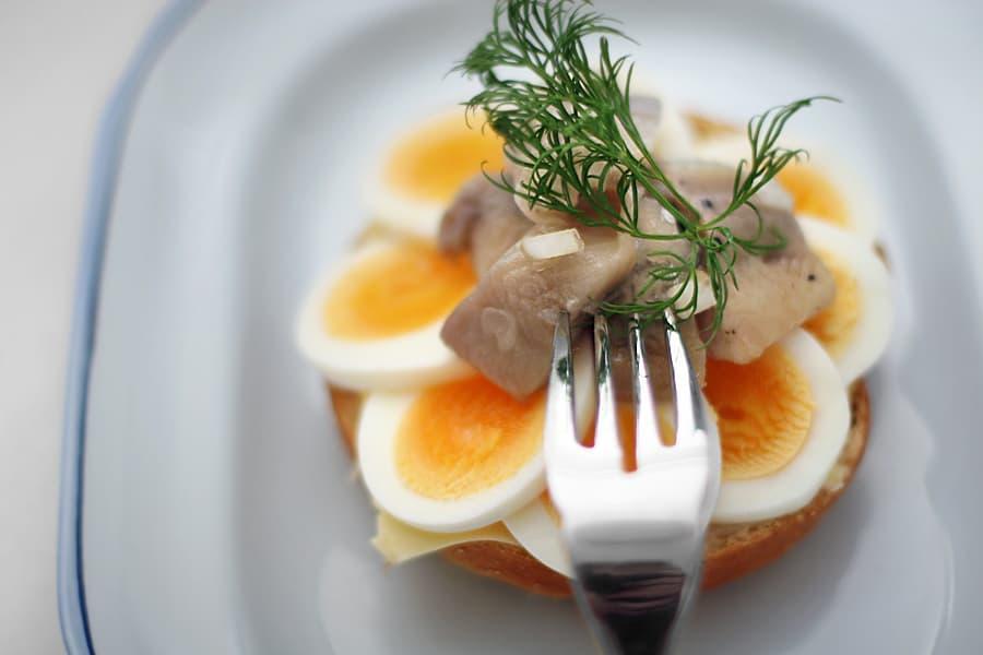 Ägg- och sillsmörgås