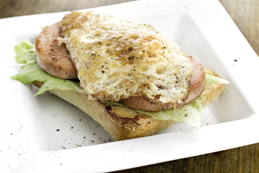 Bräckt falukorvsmacka med stekt ägg