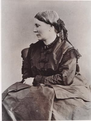 Black and white portrait photograph of Elizabeth Blackwell seated in profile